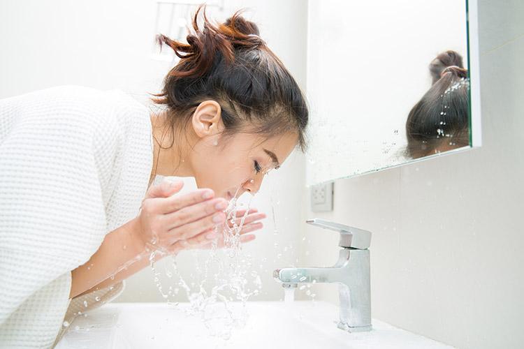 Rửa mặt đúng cách giúp lấy đi hết bụi bẩn, bã nhờn và dầu thừa trên da