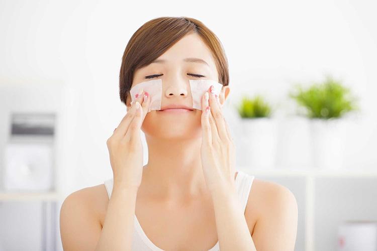Khi chăm sóc da dầu, bạn nên chọn các sản phẩm có công dụng làm sạch sâu