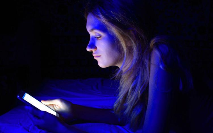 Ánh sáng xanh gây hại cho da không kém gì tia tử ngoại, tia UV