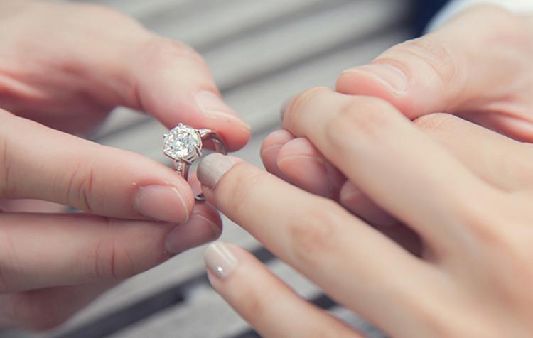 Chiếc nhẫn là lời cầu hôn ý nghĩa ngày Valentine
